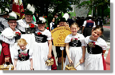 Kindergruppe in Tracht